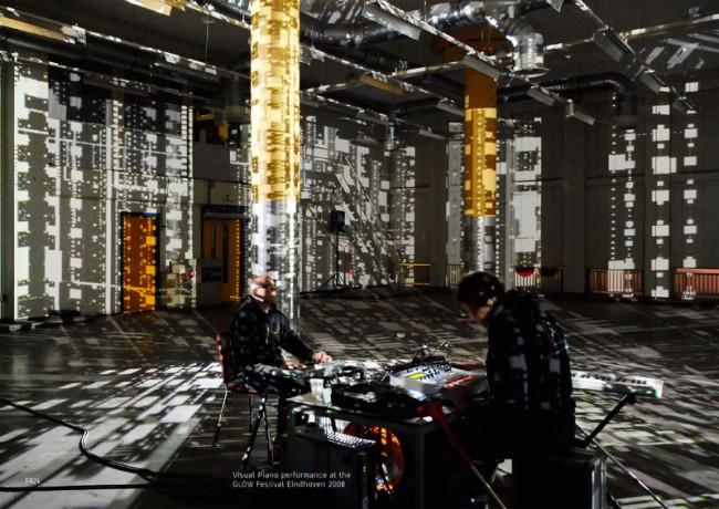Für den Lichtkünstler Kurt Laurenz Theinert programmierte Ingo Italic ein interaktives Licht Instrument in vvvv. Das Visual Piano einer Hammerhaus-Performance (Kurt Laurenz Theinert & Axel Hanfreich)