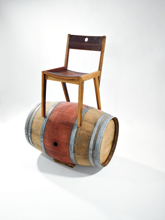 Dieser Stuhl aus der Barrique Limited-Serie von Magnus Mewes basiert auf dem Holz alter Weinfässer vom Weingut Bergdolt. Die gerundeten Formen der Fässer eignen sich perfekt für Sitzfläche und Lehne. Rotweinverfärbungen sorgen für vielfältige Schattierungen.