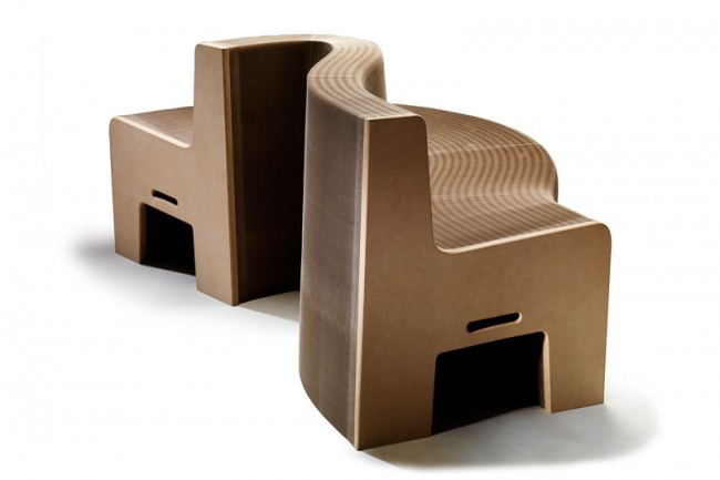 Die Sofabank Flexible Love des taiwanesischen Designers Chishen Chiu besteht aus recyceltem Karton. Sie lässt sich wie eine Ziehharmonika ausziehen und bietet Platz für 16 Personen.
