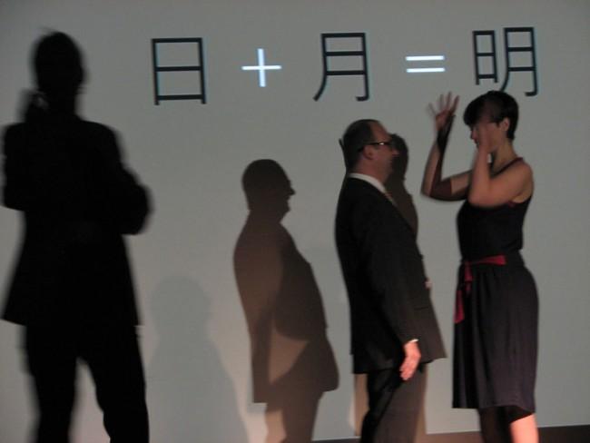 Wie chinesische Schriftzeichen funktionieren: Susanne Zippel (l.) mit Unterstützung