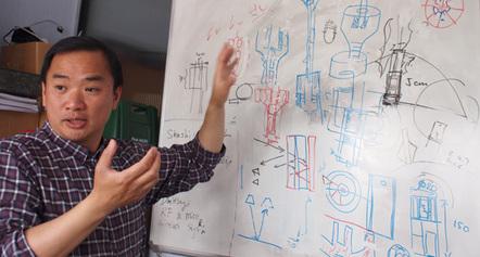 Professor Kenneth Tong erklärt den Booster Brolly