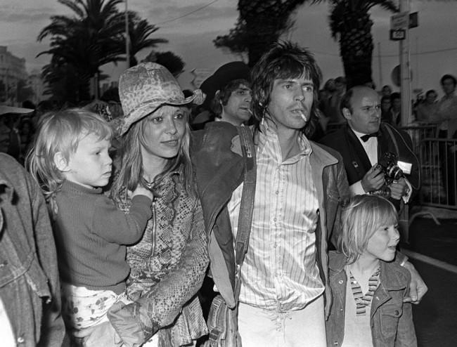 Keith Richards & Anita Pallenberg mit ihren zwei Kindern auf dem Cannes Filmfestival 1971