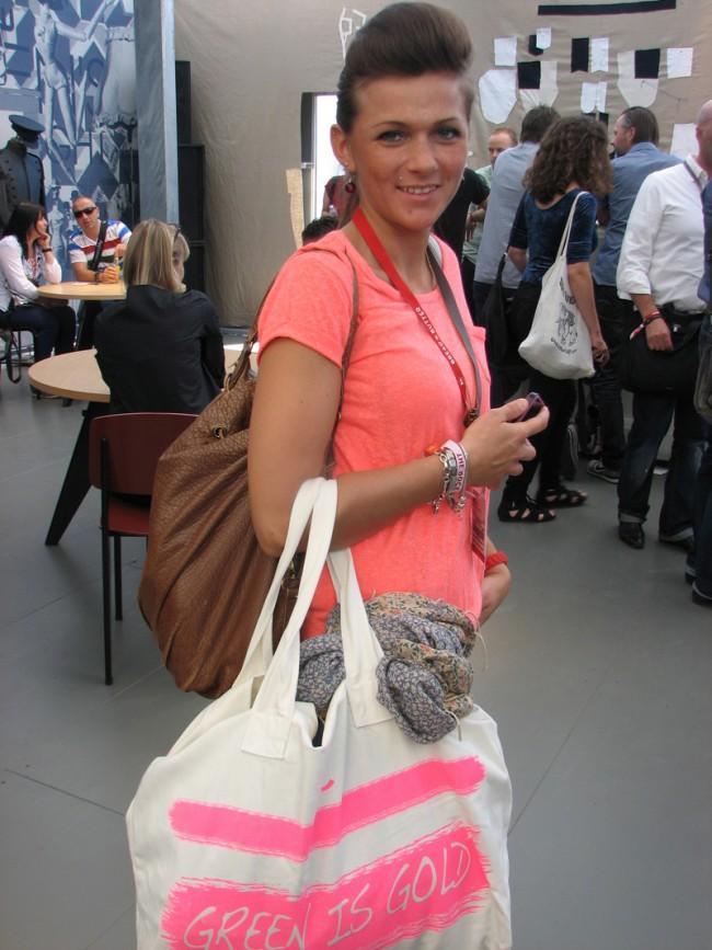 Besucherin mit Bag von LTB Jeans