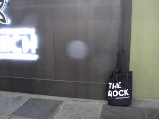 Der Besitzer wollte nicht mit aufs Bild, aber hatte sie im Auge: The one and only Bread & Butter Bag 2012 The Rock