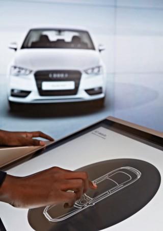 Am Multi-Touch-Tisch lassen sich Modelle konfigurieren, die dann in Lebensgröße auf der Leinwand erscheinen