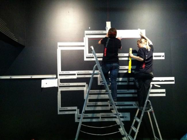 Arbeiten an den Grafiken im Darwineum