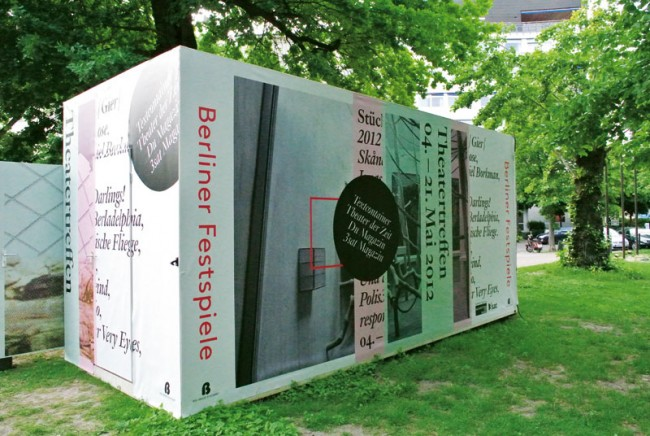 Die Berliner Festspiele nutzen einen roten Rahmen, der sich in allen Bereichen wiederfindet. Christian Riis Ruggaber aus Zürich entwickelte den reduzierten Auftritt mit einer klar schweizerisch-typografischen Handschrift (Hausschrift: LL Brown von Lineto)