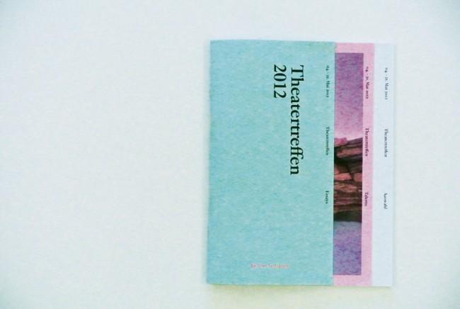 Von der Edition der Berliner Festspiele sind bereits drei Hefte erschienen: Ausgabe »3« präsentiert Zeichnungen des Künstlers Marcel van Eeden, der schon 2009 die Auftaktsaison von Ulrich Khuon am Deutschen Theater Berlin begleitete – also nicht unbedingt eine Überraschung