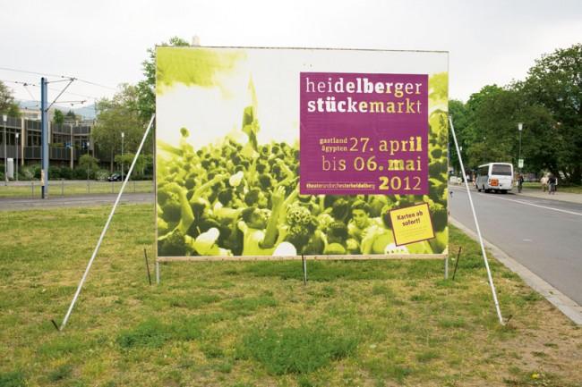 Jung und feurig kommt der Auftritt des Heidelberger Stückemarkts daher. So macht sich das Berliner Designbüro anschlaege.de für Gegenwartsdramatik stark (Schrift: FF Unit Slab).