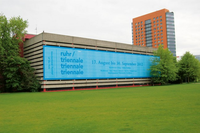 Das Erscheinungsbild der Ruhrtriennale setzt auf gerahmte Natur und hat als Hausschrift die Avenir. Logo-Idee: Thomas Mayfried; Artdirektion: Tobias Friedberg und Paale Lüdtke (http://aokimatsumoto.com)