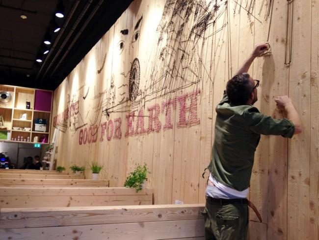 Chris Rehberger gestaltet eine Wand in »WakuWaku«, Hamburg