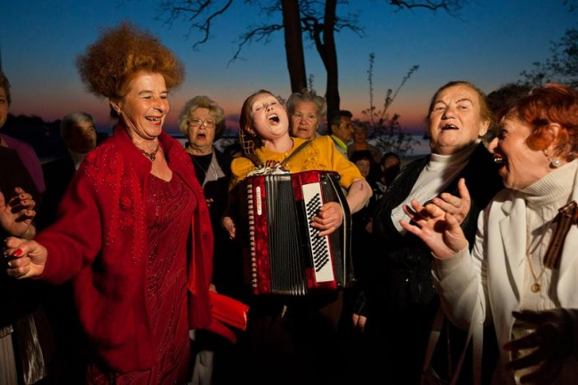 Chords of friendship bind accordionist Olesya Kamovich and comrades, who meet Sundays in Sevastopol on the promenade to sing and dance into the early night. 