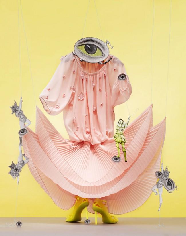Rosa Plisseekleid mit Blumenapplikation von Apart, Schuhe Paul Gautier