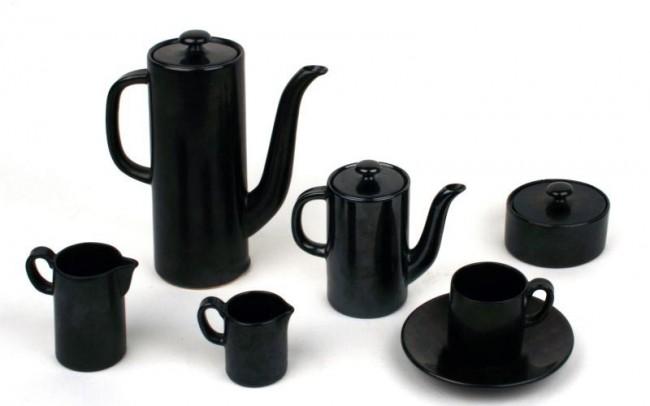 Mokkaservice Form 558, Design Hedwig Bollhagen, wegen seiner zylindrischen Formgebung und schwarzen Glasur in einem Artikel des SED-Zentralorgans »Neues Deutschland« als formalistisch und dekadent verunglimpft.