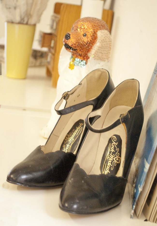 Schmuckstück: die letzten Schuhe aus Omas Laden, Opas Fotoalbum und Fundstücke vom Flohmarkt.