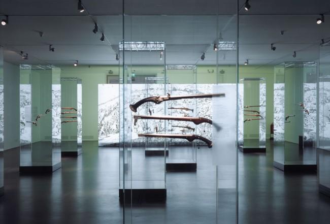 Radschlosspistolen in Vollglasvitrinen,  Sonderausstellung im Ostfriesischen Landesmuseum  Foto: Roland Halbe