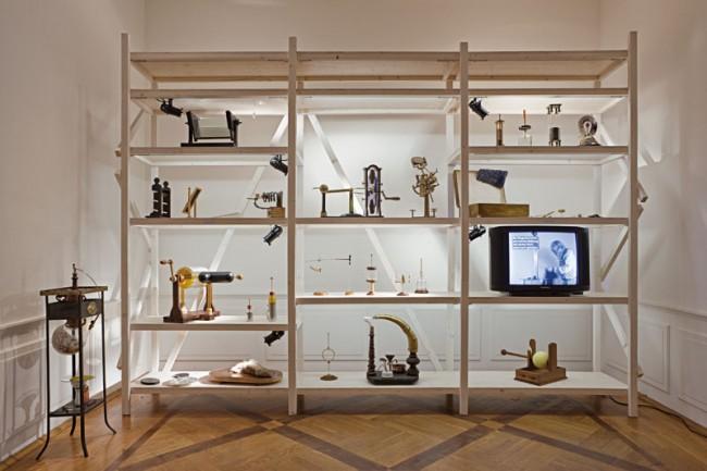 Installation mit wissenschaftlichen und künstlerischen Exponaten,  Sonderausstellung »Kleist – Krise und Experiment«  Foto: Ali Gandtschi