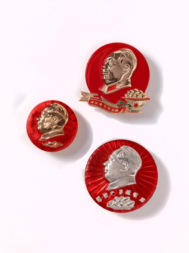 Ansteckplaketten mit dem Bildnis von Mao und Mangos, 1968–1969 | Aluminium, rot emailliert; oder Plastik, 4–6 cm | Museum Rietberg Zürich, Geschenk Alfreda Murck, Foto: Rainer Wolfsberger