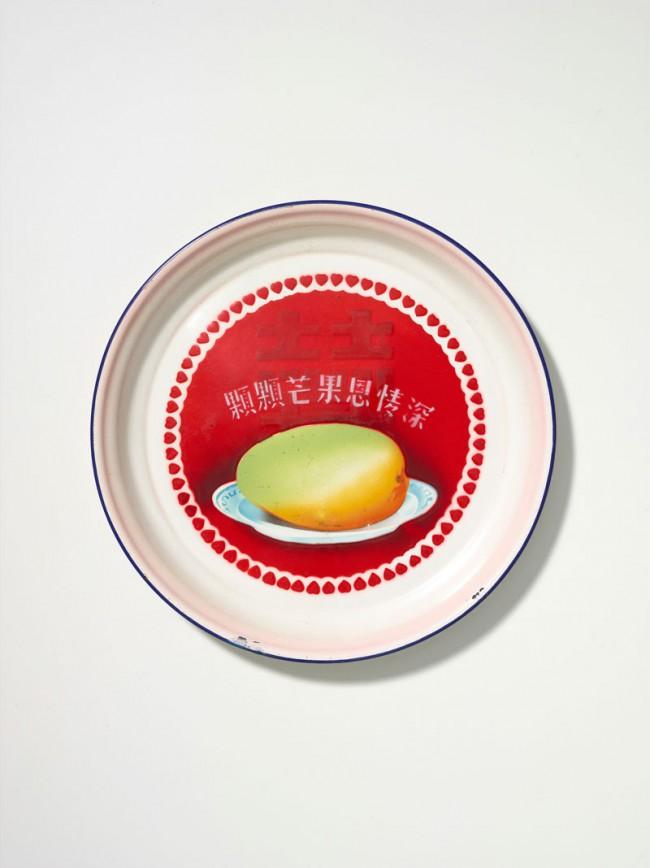 Tablett mit Mango und dem Zeichen für «Doppeltes Glück», Dezember 1969 | Industrieemail, ᴓ31,2 cm | Museum Rietberg Zürich, Geschenk Alfreda Murck, Foto: Rainer Wolfsberger