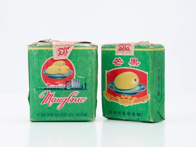 Zwei ungeöffnete Zigarettenpackungen der Marke Mango, um 1980 | 7 x 5,8 x 2 cm | Museum Rietberg Zürich, Geschenk Alfreda Murck, Foto: Rainer Wolfsberger