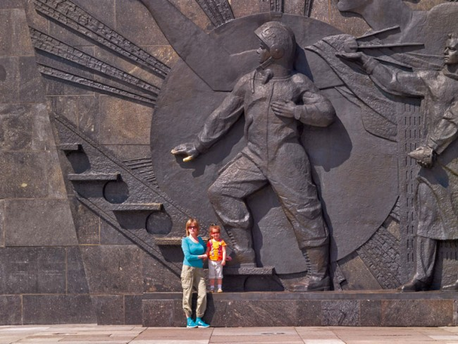 """Sockelrelief des """"Denkmals für die Bezwinger des Weltraums"""" in Moskau. Darunter befindet sich das Museum der Kosmonautik. Foto: Philipp Meuser"""