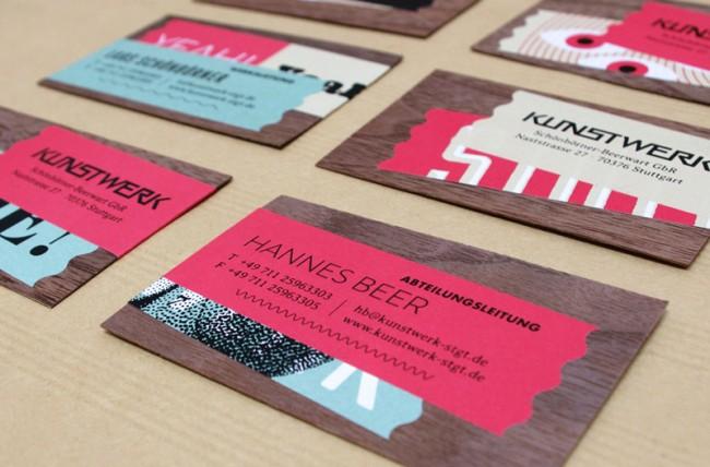 Diese Visitenkarten entspringen einem Baukastensystem: Bestehend aus Recyclingstoffen und zahlreichen Techniken vom ungestrichenen Papier, über Holz, Prägestempel und Siebdruck, bis hin zu partiellem UV-Lack