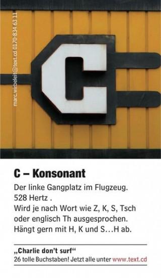 Visiten-Sammel-Tausch-Karten, jede versehen mit einem anderen ungewöhnlich gestalteten Buchstaben aus dem Alphabet