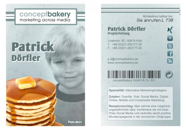 Optische Anlehnung an eine Packung Backpulver, Vanillezucker, etc. und mit einem Kinderbild des jeweiligen Mitarbeiters versehen