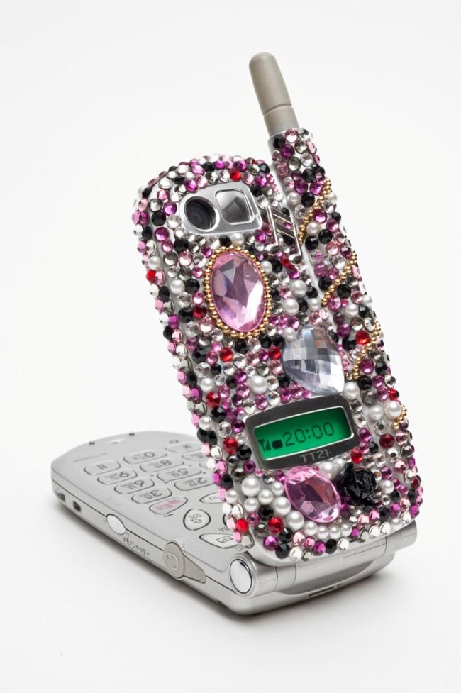 Mit Schmucksteinen verziertes Handy, Entwurf: Moeko Ishida, Deco Loco, 2009 Kategorie: Ornamentwut und Schmuckverschwendung