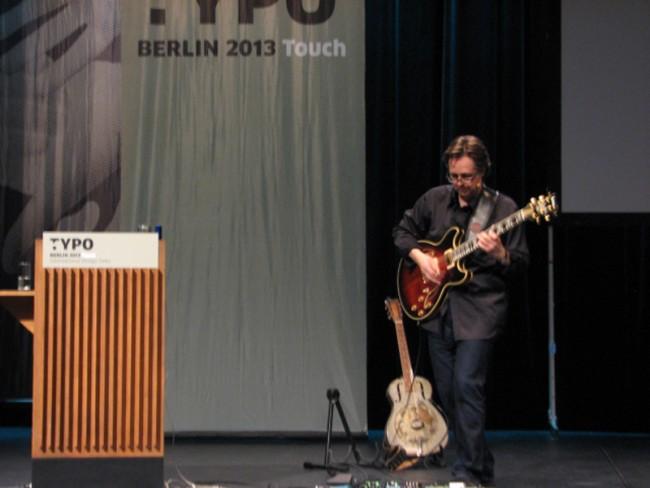 Michael Johnson - diesmal mit Gitarre und toller Musik-Grafikdesign-Performance