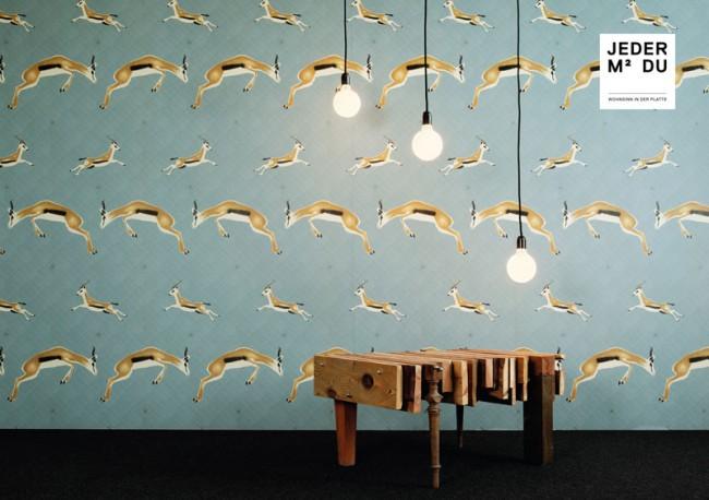 Tisch: Baumkuchen, Design: orterfinder Leuchten: E27, Design: jeder-quadratmeter-du Tapete: IMPALA, über extratapete, Design: André M. Wyst