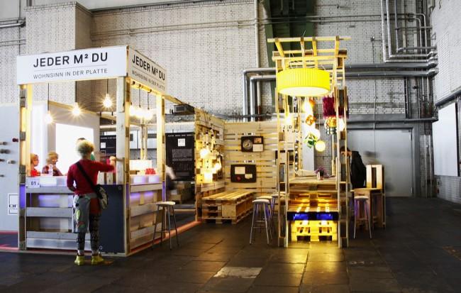Der Stand von jeder-quadratmeter-du in Form einer WBS 70 2-Raumwohnung. Links die Origami-Leuchten im Kreativbereich für die Besucher.