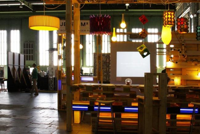 Die Origami-Leuchten im Kreativbereich für die Besucher.