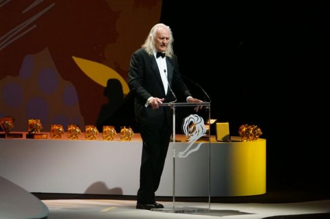 Jury Präsident Joe Pytka verteilt Preise