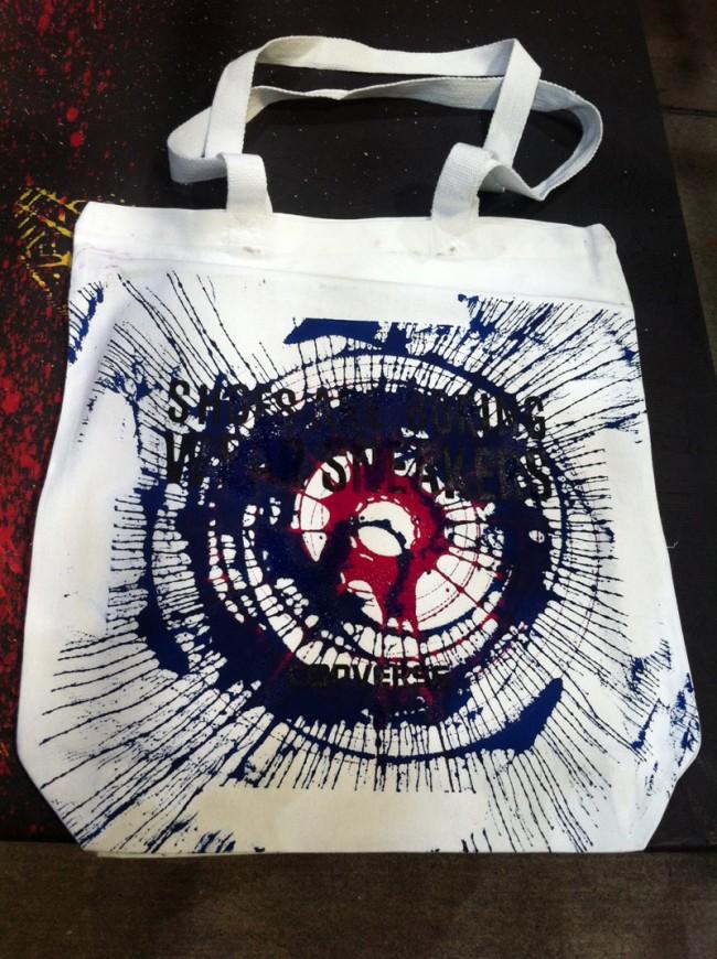Converse belebt die alte Technik des Spritzmalens wieder - und kreierte so heißbegehrte Bags, deren Farben man selbst zusammenstellen konnte
