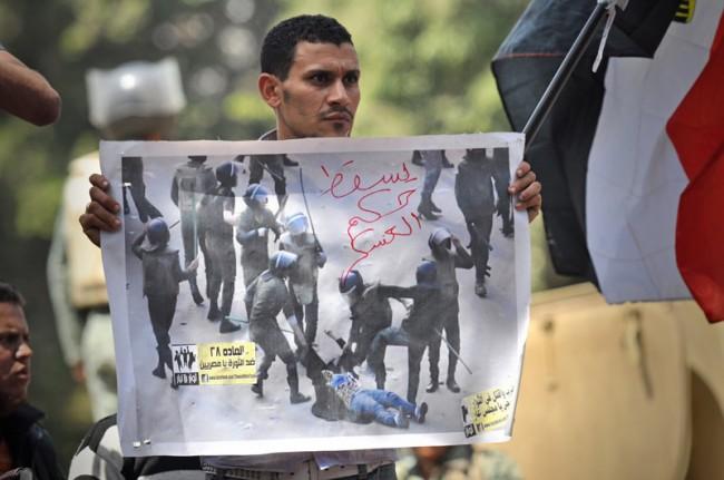 The Dragged Woman. Protestdemonstration Verteidigungsministerium   Kairo, 27. April 2012   Foto: Jonathan Rashad