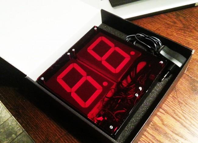 Nerd clock   Funk-Wanduhr mit einer LED-Anzeige – individuell gefertigtes Kundengeschenk