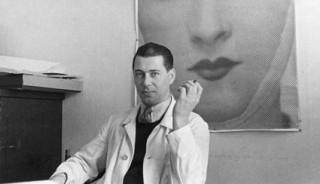 Künstler: Fotograf unbekannt | Titel: Porträtfoto Herbert Bayer an seinem Arbeitsplatz bei Dorland | Datierung: ca. 1933 | Material/Technik: Silbergelatine | Bildnachweis: Bauhaus‐Archiv Berlin