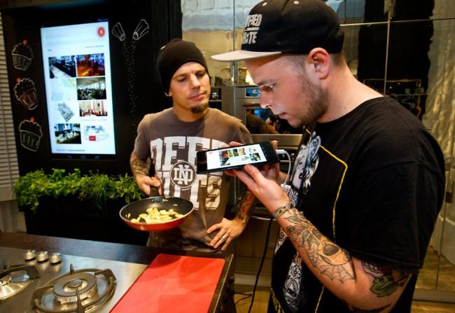 Google-Suche als Küchenhelfer - demonstriert von den Punkfood-Deluxe-Köchen