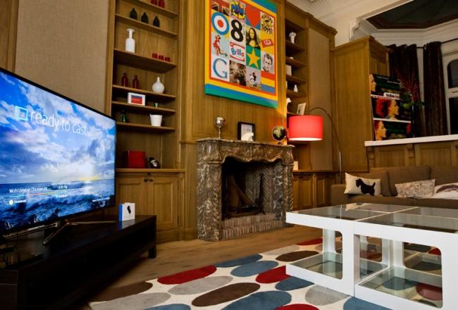 Im Wohnzimmer wurde der Chromecast demonstriert, mit dem sich Inhalte kabellos vom Mobile Gerät auf den Fernseher schieben lassen