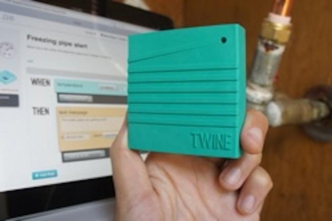 Twine kann mit verschiedenen Sensoren ausgestattet werden. Soll das Gerät etwa bei einem starken Temperatur eine Warnung twittern, lässt sich der Befehl ganz ohen Programmierung auf der Web-App eingeben