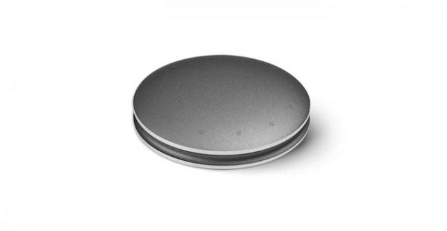 Der Sef-Monitoring-Tracker Misfit Shine ist nur münzgroß und lässt sich auf verschiedene Weisen tragen. Die Datenübertragung ans Smartphone läuft ohne Kabel