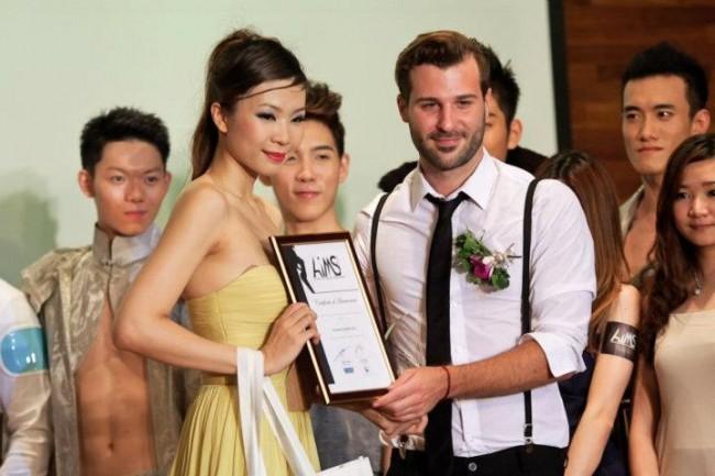 Preisübergabe an das Model Nini Ching in Kuala Lumpur