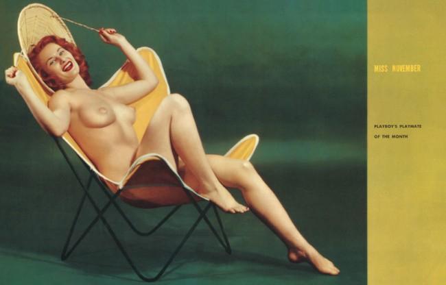 Miss November im B.K.F Hardoy Butterfly Chair von Jorge Ferrari-Hardoy, Grupo Austral, Novemberausgabe Playboy 1954