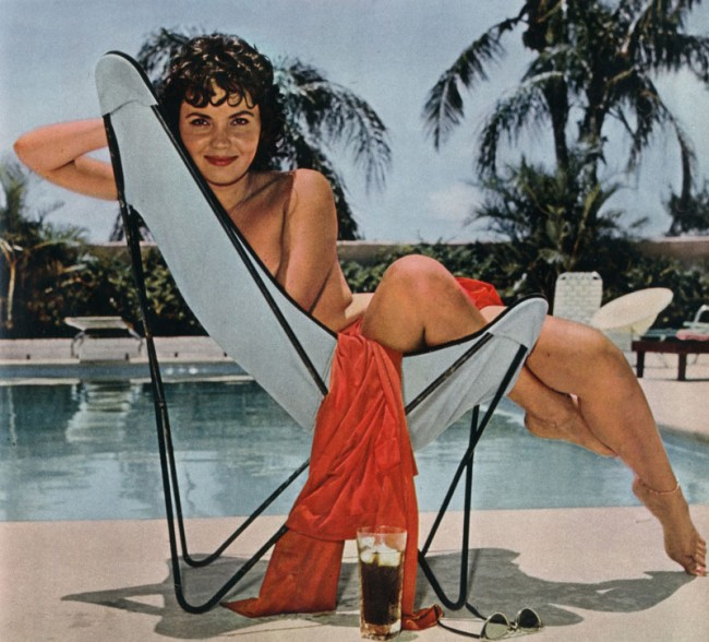 »Bunny's Honey's¡ auf B.K.F Hardoy Butterfly Chair, 1938 | Jorge Ferrari-Hardoy, Designer, Grupo Austral, Playboy, Dezember 1958