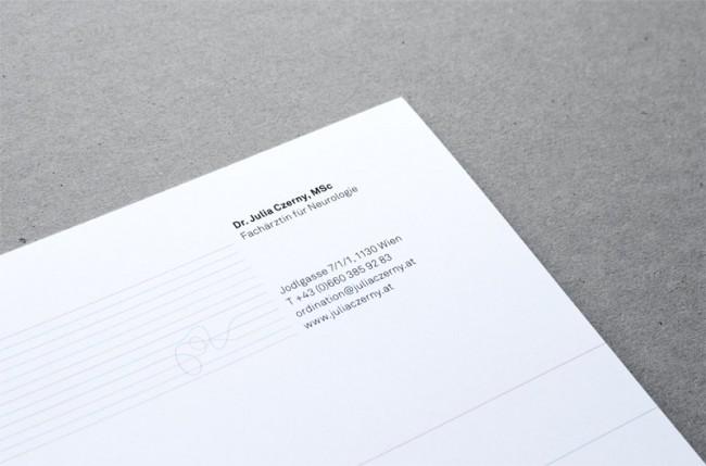 Detail, das das Zusammenspiel von Linien und Schrift zeigt