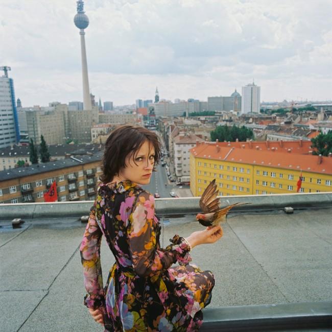 Ute Mahler: Sophie Rois, Schauspielerin an der Volksbühne, auf dem Dach der Volksbühne, Berlin-Mitte aus der Werkgruppe »Porträts«, 1996