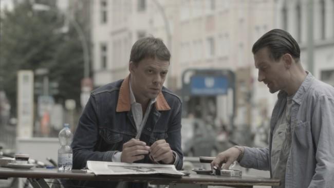Moritz von Uslar Filmstill – DIE ZEIT | Wer eine starke Stimme hat – oder ist – braucht keine Werbung / die über das Produkt spricht oder über die Marke. Das erzeugt nur Dissonanz. Wer jeden Donnerstag so viel auf den Tisch legt, muss aus sich selbst heraus kommunizieren. Alles mehr wäre falsch.