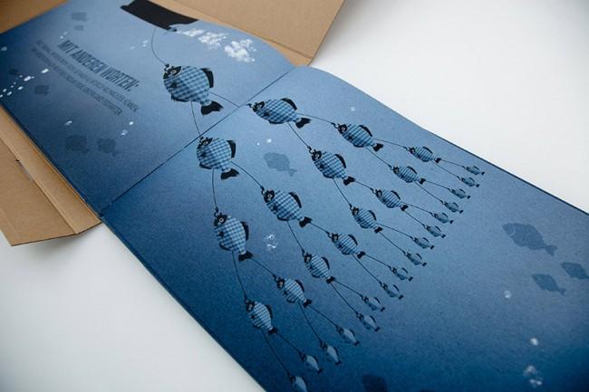 Das Markenbuch der nachhaltigsten Tiefkühlfischmarke Deutschlands. Die Markenbotschaft lautet: Gegen den Strom schwimmen. Deshalb wird auch rückwärts geblättert.