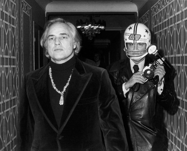 Paul Schmulbach, November 26, 1974: New York City – Marlon Brando and Ron Galella attend an American Indian Development Association benefit gala at the Waldorf-Astoria Hotel, Silbergelatineabzug 20,3 x 25,4 cm